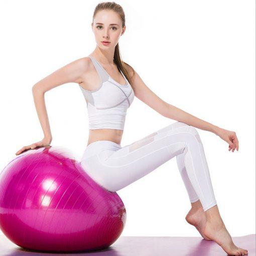 femme assise sur un swiss ball