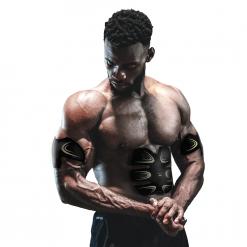 homme utilisant patchs electrostimulation musculaire abdos et bras sans fil