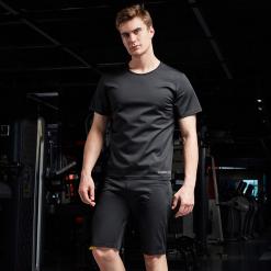 homme portant t shirt de sudation noir pour homme
