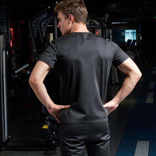homme portant t shirt de sudation noir pour homme vu de dos