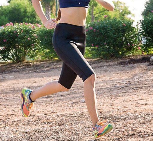 femme courant avec un legging de sudation