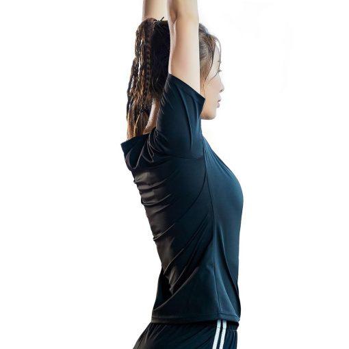 femme etirements avec T-shirt de sudation manches courtes