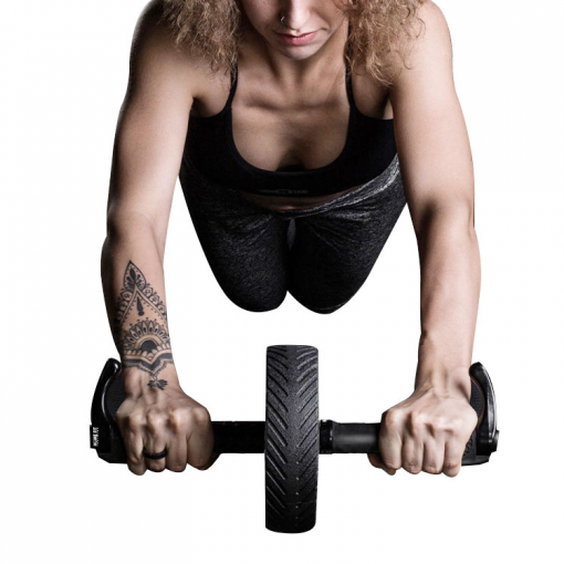 femme utilisant roue abdominale ab wheel home fit training fitness wheel