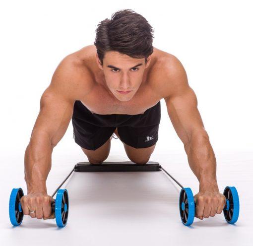 homme utilisant double roue abdominale