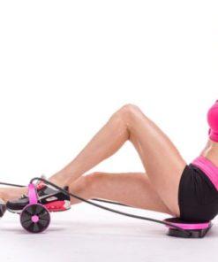 Femme musclant ses jambes avec un appareil fitness multifonction