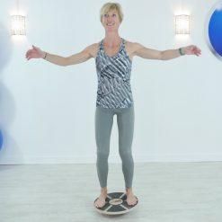 femme sur plateau equilibre blance board rond poignees bois