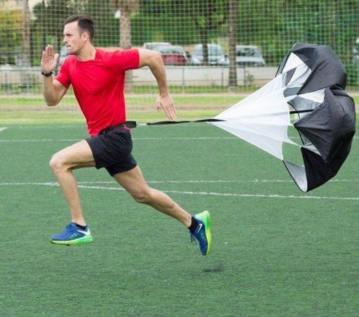 homme courant avec parachute de resistance pour entrainement course a pied