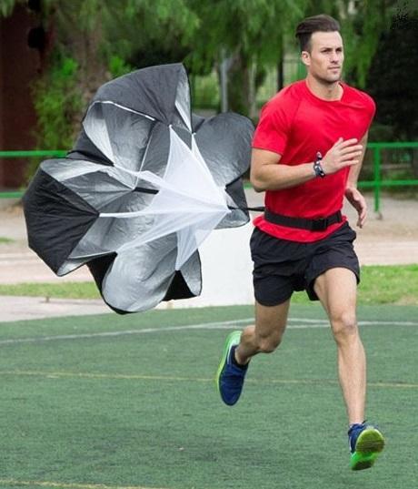 sprint avec parachute de resistance pour entrainement course a pied