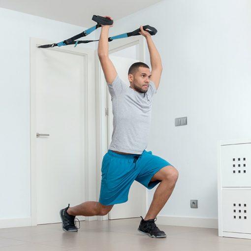 homme utilisant des sangles de suspension pour exercice triceps
