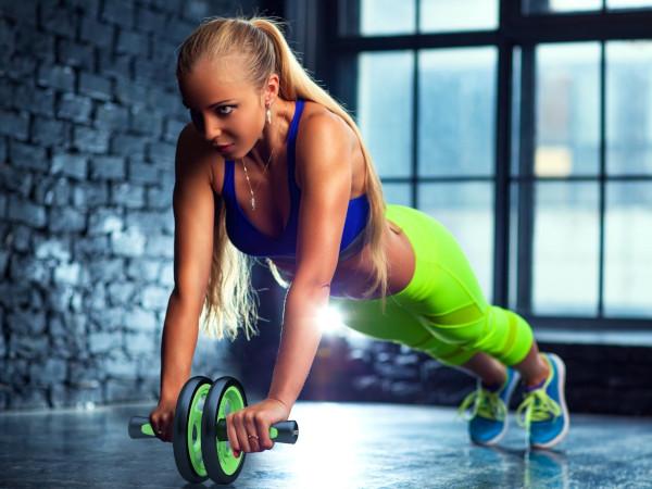 Exercices de gainage avec roue abdominale