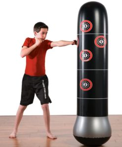 Enfant donne coup de poing au punching ball