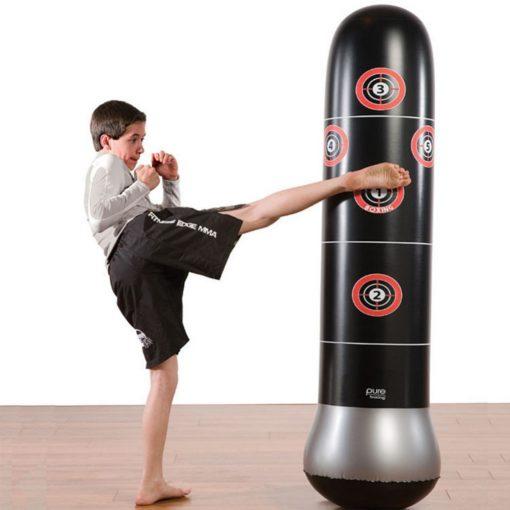 Enfant donne coup de pied au punching ball