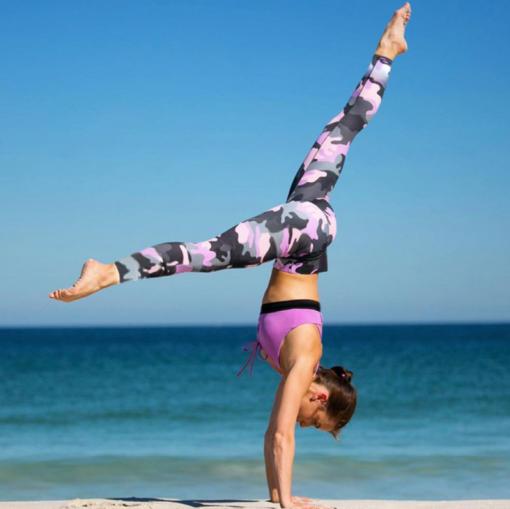 Legging treillis militaire sport porté par femme qui fait de l'acrogym