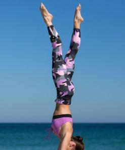Legging treillis militaire sport porté par femme qui fait de la gym