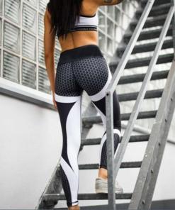 legging de sport impimé avec dessins en nids d'abeilles devant escalier