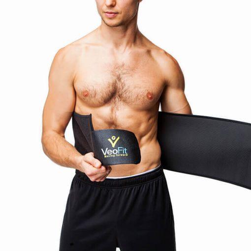 homme mettant la ceinture de sudation de musculation