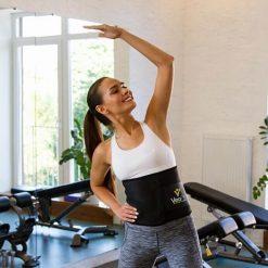 femme entrainement avec la ceinture de sudation de musculation minceur
