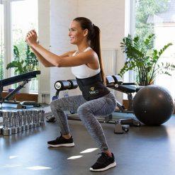 femme effectuant squat avec la ceinture de sudation de musculation ventre plat
