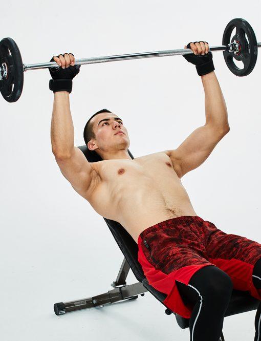 homme developpe couche avec gants entrainement musculation homme
