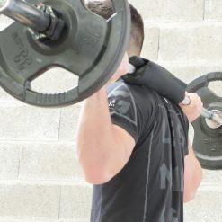 homme utilisant manchon pendant exercice squat