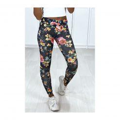 legging noir motif fleurs couleurs pose jambe en arriere