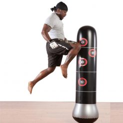 Kick boxer avec punching ball