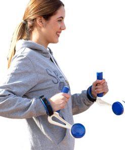 Femme portant des poids pour la course a pied