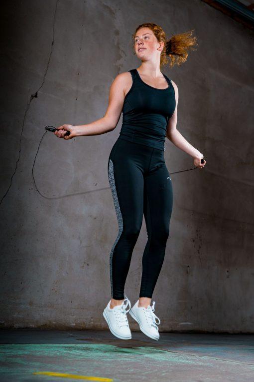 femme sautant corde a sauter avec fil acier et roulement a billes
