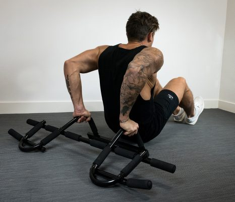 homme exercice dips avec barre multifonctionnelle
