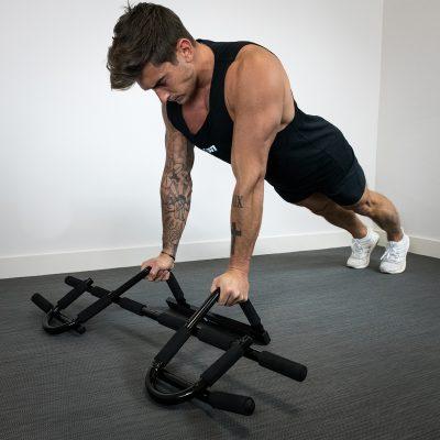 homme exercice pompes-avec barre multifonctionnelle