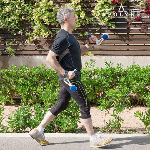 Homme portant des poids pour la marche à pied