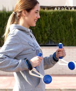 Femme portant des poids pour la course à pied
