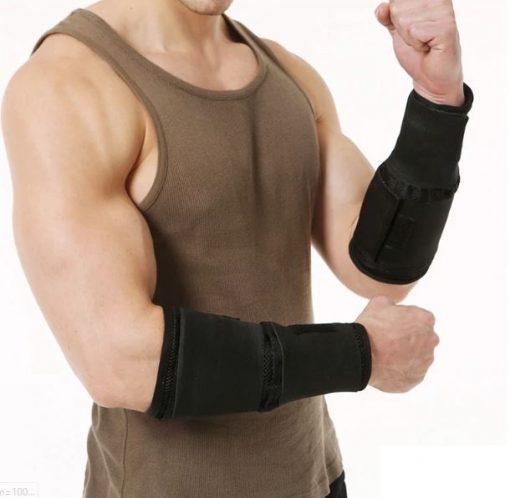 Homme portant des bandes lestées aux poignets