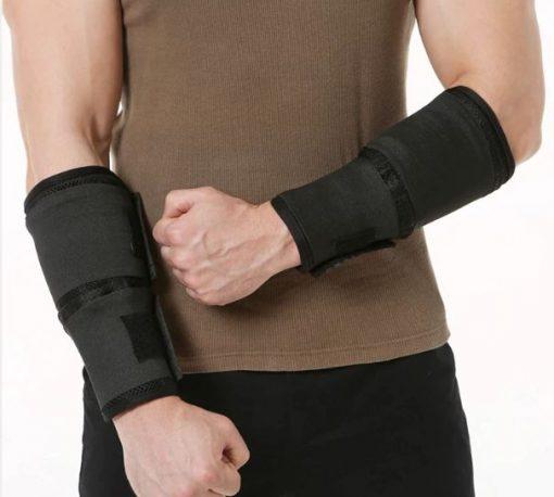 Homme enfilant des bandes lestées aux poignets