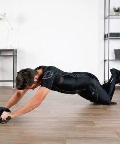homme utilisant la double roue abdominale (profil)