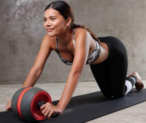 femme utilisant roue abdominale multi-angles resistance assistance