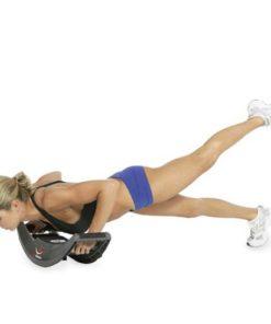 Femme effectuant des pompes avec une planche à pompes instable