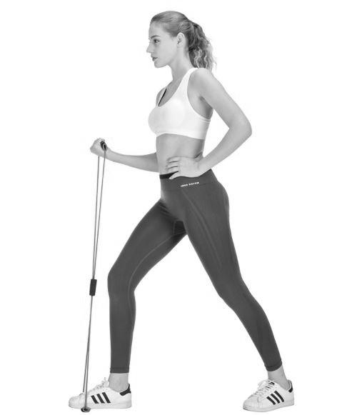 femme utilisant elastique fitness pour curl