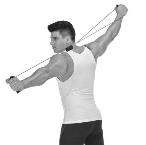 homme utilisant elastique musculation pour extension laterale posterieure