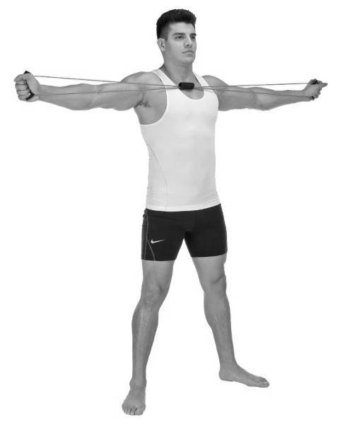 homme utilisant elastique musculation pour extension laterale