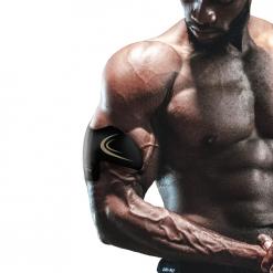 homme utilisant patchs electrostimulation musculaire bras sans fil