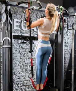 femme utilisant elastique aide traction
