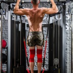 homme utilisant elastique d'aidepour les tractions vu de dos