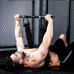 homme bande elastique musculation developpe couche avec barre