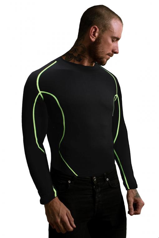 homme portant T-shirt a manches longues de musculation compression