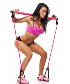 femme realisant un squat avec barre squat elastiques