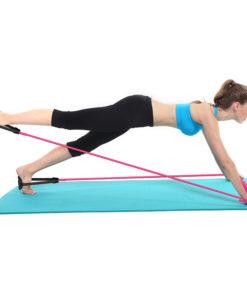 femme utilisant barre squat elastiques gainage