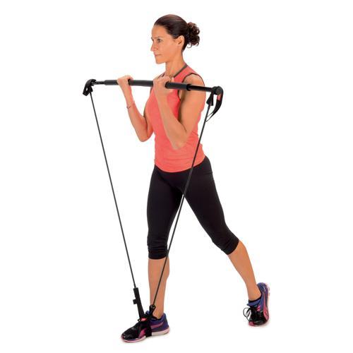 femme utilisant barre a elastiques pour exercice curl musculation biceps