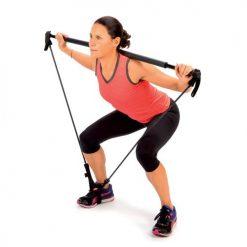 femme utilisant barre a elastiques pour exercice squat musculation fessiers quadriceps