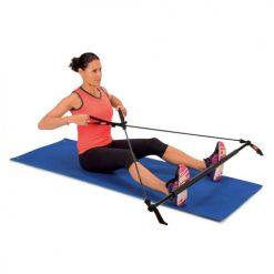 femme utilisant barre a elastiques pour exercice tirage croise musculation dos